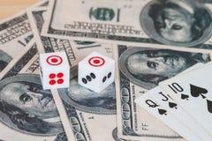 Dices на деревянной таблице с долларом США Стоковое Изображение RF