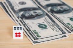 Dices на деревянной таблице с долларом Стоковая Фотография