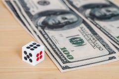 Dices на деревянной таблице с долларом Стоковое Изображение RF