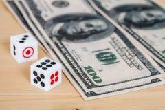 2 dices на деревянной таблице с долларом Стоковая Фотография RF