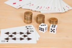 2 dices на деревянной таблице с coines и карточкой Стоковое Изображение
