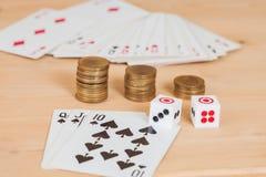 2 dices на деревянной таблице с coines и карточкой Стоковые Изображения RF