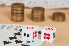2 dices на деревянной таблице с coines и карточкой Стоковое фото RF