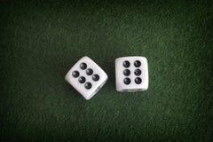 2 dices на зеленой предпосылке Стоковые Фотографии RF