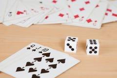 2 dices на таблице с карточкой Стоковое Изображение