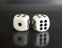 2 dices над черной предпосылкой Стоковые Изображения RF