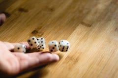 Dices отскакивая на деревянном столе Одиночный или группа стоковое изображение