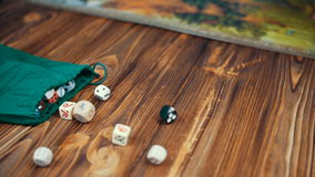 Dices падение на деревянный стол от сумки сток-видео