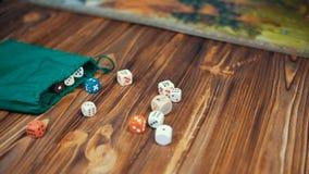 Dices падение на деревянный стол с Boardgame сток-видео