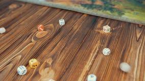 Dices падение на деревянный стол с Boardgame акции видеоматериалы