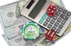 2 dices с долларом США и калькулятором на белизне Стоковые Фотографии RF