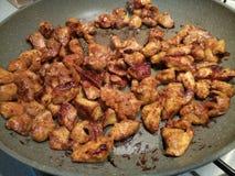 Dices marynowany kurczak w gorącej niecce Zdjęcia Stock