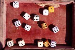 Dices w starym czerwonym aksamita pudełku Szczęsliwa liczba i złoci kostka do gry Gra szansy obraz stock
