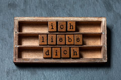 Dich de liebe d'Ich Je t'aime dans la traduction allemande La boîte de vintage, les cubes en bois expriment écrit avec des lettre Photographie stock libre de droits