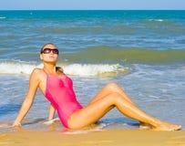 Dicha de la playa bajo el sol caliente del verano Imagenes de archivo