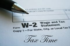Dichiarazione dello stipendio W-2 e di imposta con Pen High Quality Immagini Stock