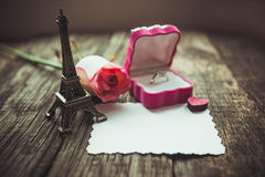 Dichiarazione di amore, la rosa con un anello fotografia stock libera da diritti