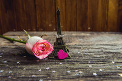 Dichiarazione di amore, la rosa con un anello fotografia stock
