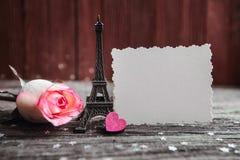 Dichiarazione di amore, la rosa con un anello immagini stock