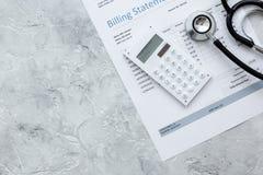 Dichiarazione di fatturazione per servizio medico nella derisione di vista superiore del fondo dell'ufficio del ` s di medico su Immagini Stock Libere da Diritti