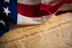 Dichiarazione di indipendenza degli Stati Uniti con la bandiera d'annata fotografie stock