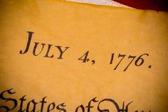 Dichiarazione di indipendenza degli Stati Uniti con la bandiera d'annata fotografia stock