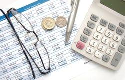 Dichiarazione di prestazione con le monete e la penna britanniche Immagine Stock
