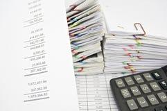 Dichiarazione profitti e perdite con il calcolatore fotografia stock