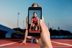 Dicht beeld die van vrouwelijke handen mobiele telefoon met de wijze van de fotocamera op het scherm houden Bebouwd beeld van lop royalty-vrije stock foto