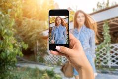Dicht beeld die van vrouwelijke handen mobiele telefoon met de wijze van de fotocamera op het scherm houden Bebouwd beeld van por royalty-vrije stock afbeeldingen