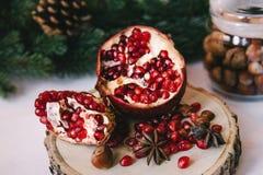 Dicht beeld van een granaatappel in de wintersamenstelling royalty-vrije stock afbeeldingen