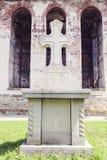 Dicht beeld van steenkruis voor geschilderde kerkmuur in Mo Stock Fotografie