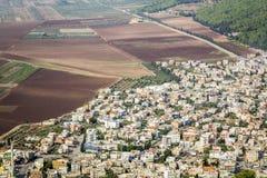 Dicht bevölkerte Stadt und fruchtbare Felder, Israel lizenzfreies stockfoto