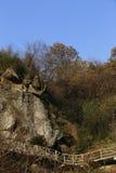 Dicht bij de bovenkant van de berg bouwden de rotsen de hieronder weg Stock Afbeeldingen