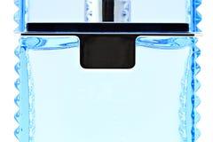 Dicht detail van blauw mannelijk parfum flacon op wit Royalty-vrije Stock Fotografie