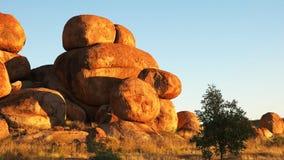 Dicht gezoem uit het marmer van de duivel in Australië bij zonsopgang stock videobeelden
