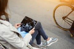 Dicht houdt het beeld van vrouw digitale tablet met spot op het scherm stock afbeeldingen