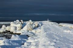 Dicht omhoog bevroren over pijler en Golfbreker op zee baai Stock Foto