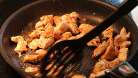 Dicht omhoog bradend de gesneden pan van het kippenvlees stock video