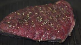 Dicht omhoog draaiend lapje vlees op een hete pan stock footage
