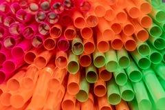 Dicht omhoog geschoten van gekleurd stro Het stro wordt gebruikt om dranken te drinken zonder uw mond aan het glas te zetten royalty-vrije stock afbeelding