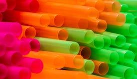 Dicht omhoog geschoten van gekleurd stro Het stro wordt gebruikt om dranken te drinken zonder uw mond aan het glas te zetten stock foto's