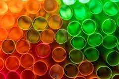 Dicht omhoog geschoten van gekleurd stro Het stro wordt gebruikt om dranken te drinken zonder uw mond aan het glas te zetten stock afbeelding