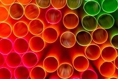 Dicht omhoog geschoten van gekleurd stro Het stro wordt gebruikt om dranken te drinken zonder uw mond aan het glas te zetten royalty-vrije stock fotografie