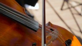 Dicht omhoog spelend de cello stock footage