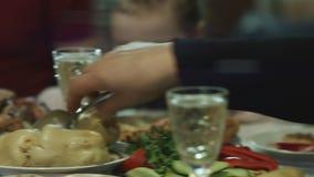 Dicht omhoog vaag van keurig gediende lijst met smakelijke schotels en glazen shampagnewijn Mensen die voedsel nemen stock video