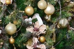 Dicht omhoog verfraaiend Kerstboom Decoratiebol, groene spar, gouden Kerstmisspeelgoed en lichten Gebruik Kerstmis en Nieuwe jare royalty-vrije stock fotografie