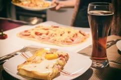 Dicht-op van eigengemaakte pizza met ei en donker bier Royalty-vrije Stock Foto