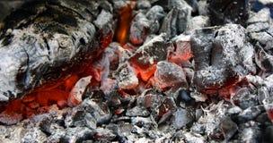 dicht opbrandt hete steenkool in de grill stock foto's