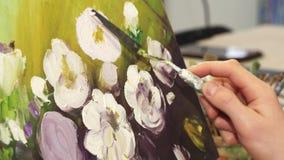 Dicht opgedoken van een professionele kunstenaar die bij zijn het schilderen werken stock video